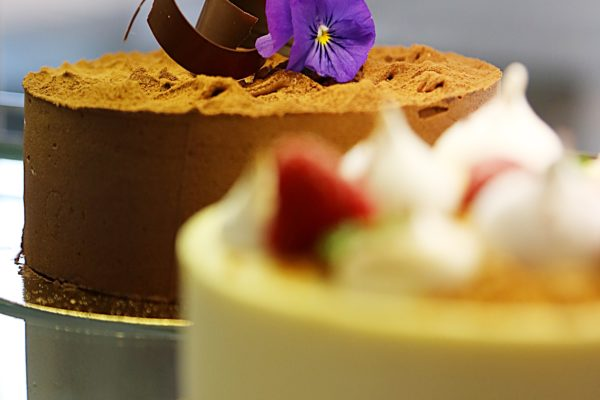 marsipantårta med vit chokladmousse